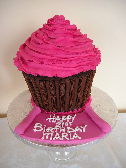 Birthday Cake Ideas With Cupcakes : Pink and Chocolate Giant Cupcake Best Birthday Cakes
